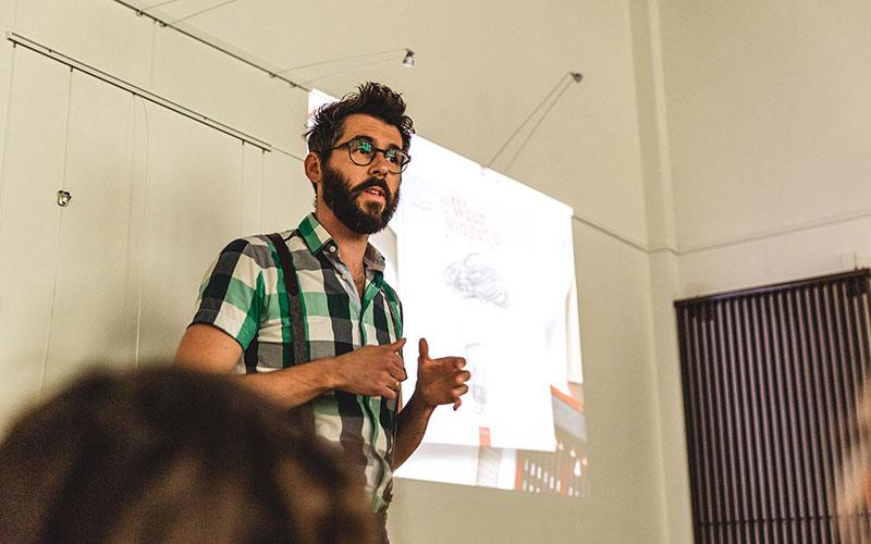 Illustrator Kristof Devos op een lezing over verbeelding