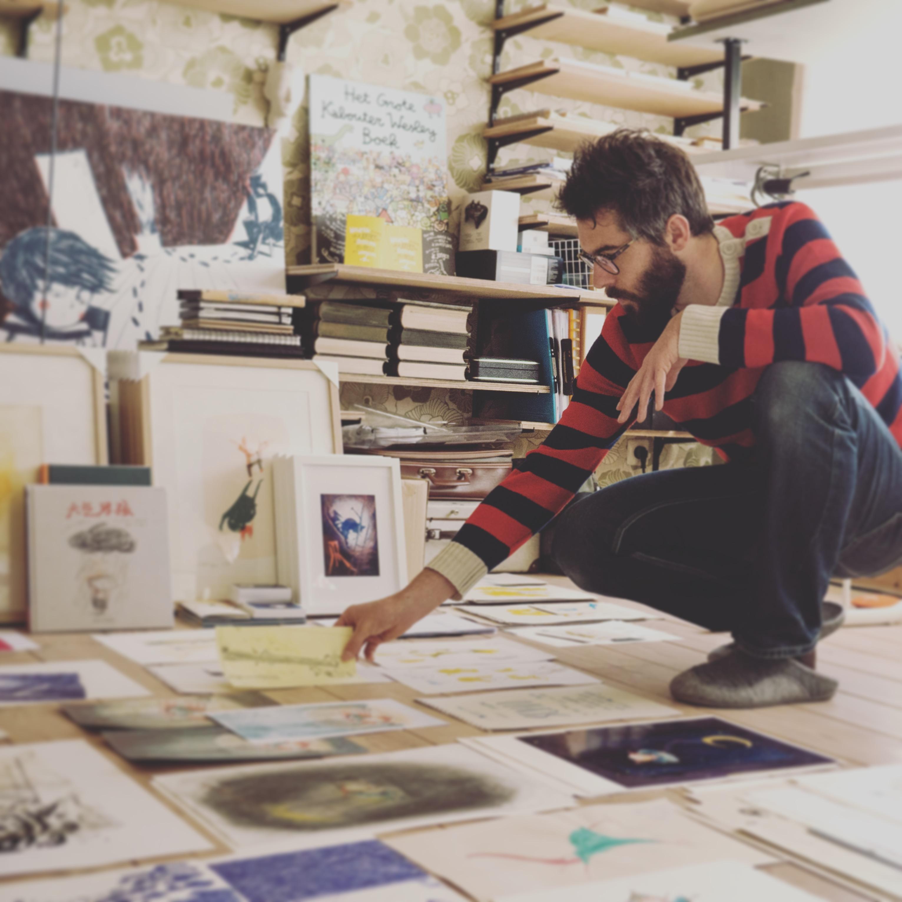 Kristof Devos selecteert werk voor de tentoonstelling 'Devos & zijn Streken' in Bree.